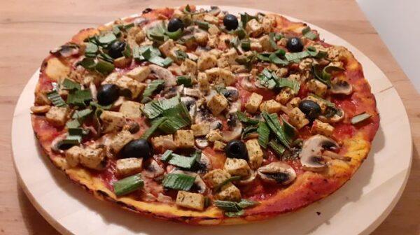 veganska pizza s tofuom i gljivama